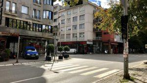 Mungesa e sinjalizimit horizontal dhe vertikal në rrugët e Pejës, rrezik edhe për aksidente